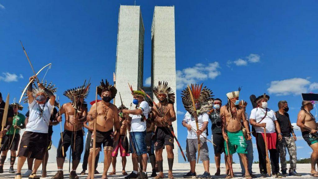 Povos indígenas ocupam cúpula do Congresso Nacional em manifestação contra o PL 490
